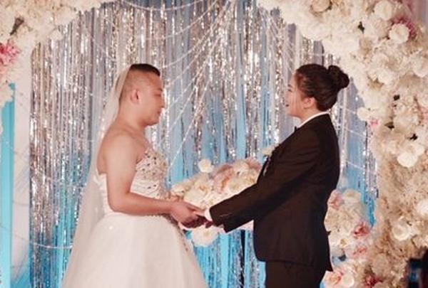 小伙穿婚纱迎娶帅新娘 男女角色互换婚礼背后令人感动