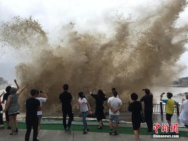台风将至 浙江温岭掀巨浪