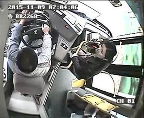 任性男女乘错公交车要求停车遭拒 趁等绿灯跳窗