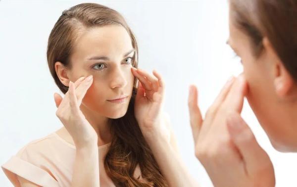 外眼角下垂的成因有哪些呢?