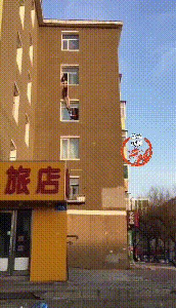 妻子悬空5楼窗外 丈夫拽住后失去力气目睹妻坠亡