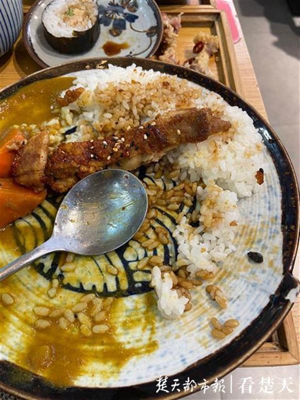 吃麻辣香锅竟吃出疑似老鼠屎的异物 这大过年的真是糟心