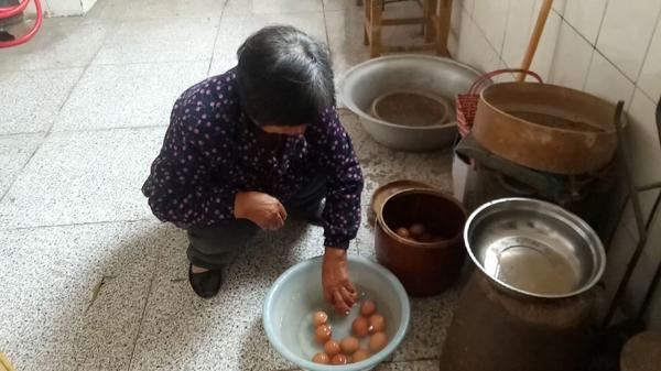 鸡蛋臭了煮熟还能吃吗,一天吃几个鸡蛋
