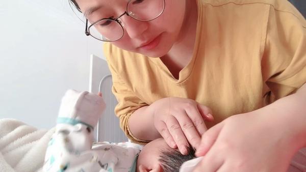 宝宝头发里有像头皮屑一样的东西怎么回事 5招去除这些头皮屑!