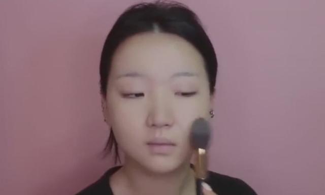 妹子这化妆术实在太牛,满脸痘痘瞬间净白