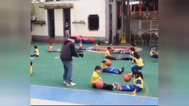 简单的幼儿园篮球游戏