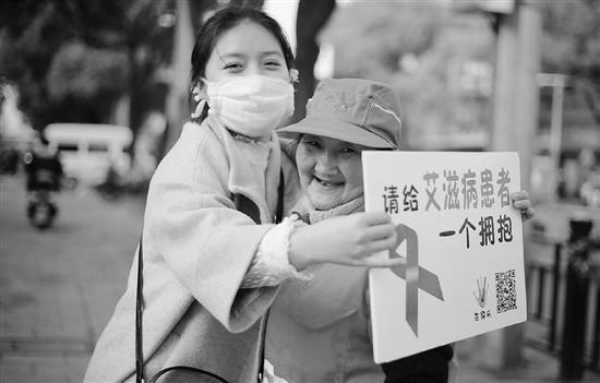 24岁女孩扮演艾滋病患者6年 街头求拥抱