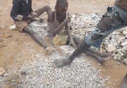 """被""""惯坏""""的非洲小孩,中国人不给钱就扔石头?斗米恩升米仇"""
