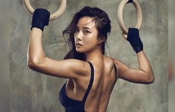 男教练贴身教美女健身