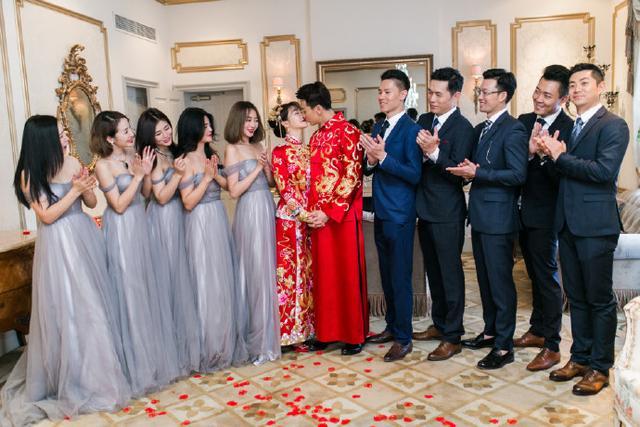 陈紫函与戴向宇婚礼:新娘子头上戴满金饰,十分喜庆,新郎吻新娘
