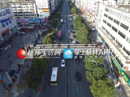 桂林市中山北路漓江路两座人行天桥投入使用