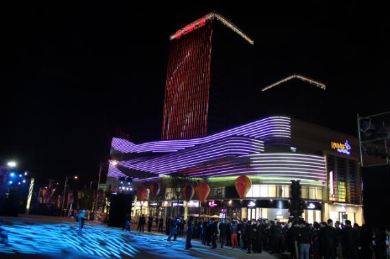 航拍云南昆明西山万达广场夜景,据说是云南第一高楼!