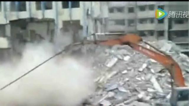 挖掘机最新技能,不是拆房子而是钻房子,安全!