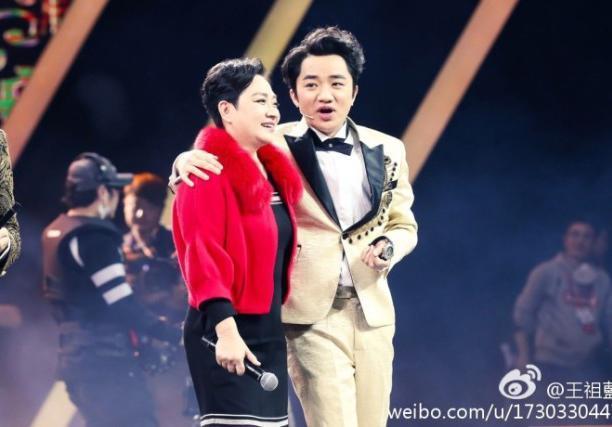 王祖蓝与妈妈同台,网友直呼:简直是一个模子出来的,太像了