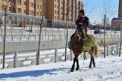 乌拉特中旗 骑马快递小哥火了