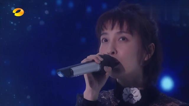 才华横溢!吴昕和张若昀合唱《追光者》,好听过原唱!