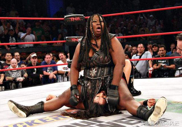 TNA女子冠军赛 最美女摔泰伦VS黑金刚 这身材反差怎么打_网易视频