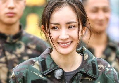 杨幂的励志人生,成名前像助理一样为刘亦菲打伞_新浪看点