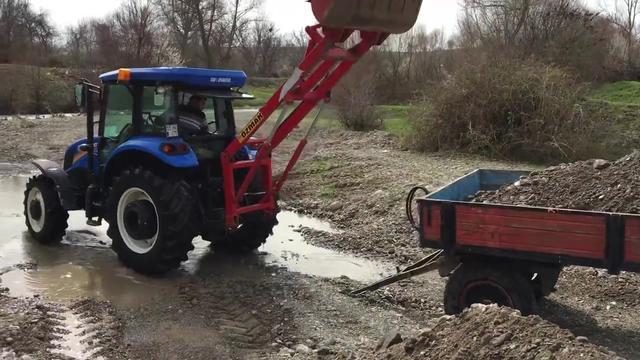 农民给拖拉机装上铲斗,变身小型装载机,干活很实用!