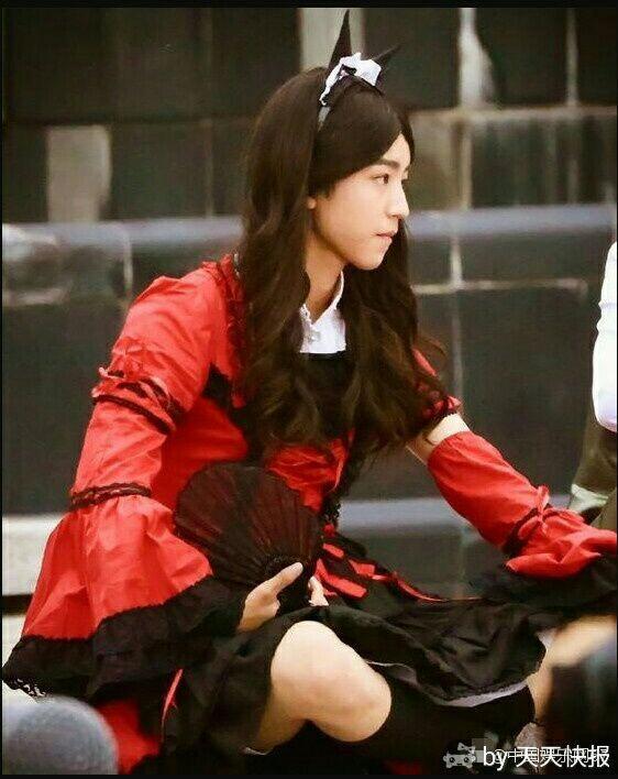 王俊凯最新男扮女装照曝光,如果不是这坐姿,还真... _新浪看点