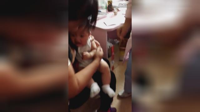 六个月的宝宝打针,被妈妈摁在怀里动弹不得,看着好心疼!