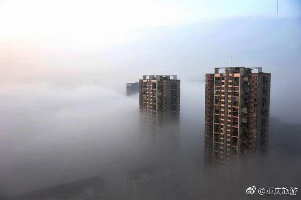 就在刚刚上班途中重庆渝北区,天空出现一幕似海市蜃楼的景相!
