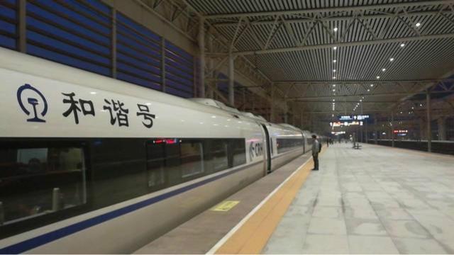 高铁长编组列车进站,长驱直入,大气非凡!