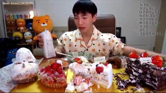 韩国大胃王:吃播奔驰小哥BANZZ吃3个草莓大蛋糕 快进版