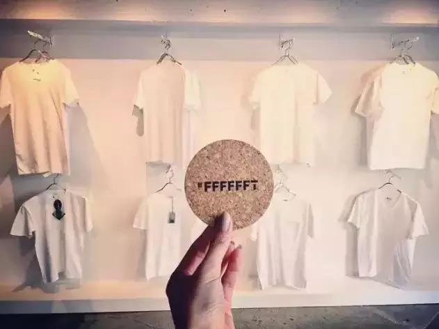 一周开半天,只卖白T恤,他创业为什么如此任性