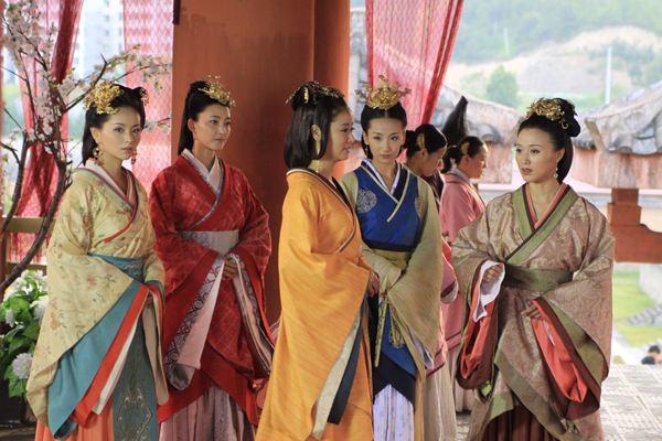 汉朝女子服饰:汉代妇女曲裾 -趣历史