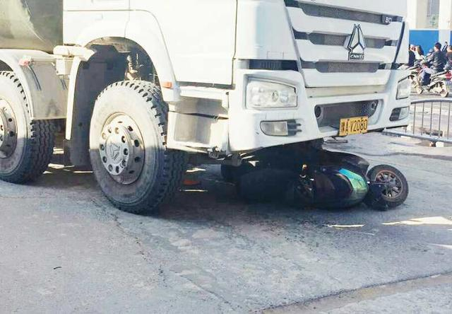 正能量!郑州一女孩被卷入水泥罐车下,路人联手将其从车下拉出