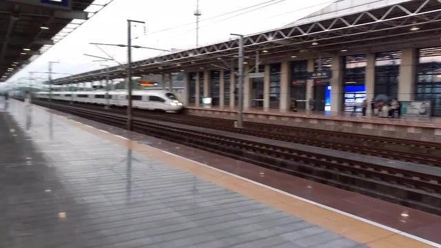 实拍:高铁列车进站,停站等待旅客上车