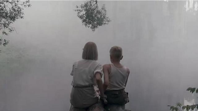 酷似保尔和冬妮娅的小孩在钓鱼 但是巴巴罗萨计划开始了