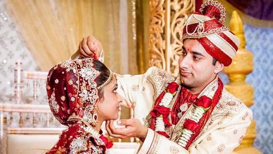 印度结婚现场实拍,婚礼过程繁琐,新娘很美