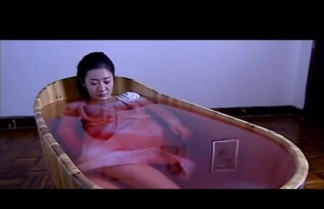 姑娘在手盆洗头不方便,干脆直接在浴缸里洗,没想到浴缸里不干净