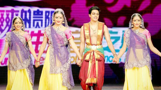 在印度的婚礼现场,男女老少们齐上阵,为新郎表演起了这支欢快的舞蹈