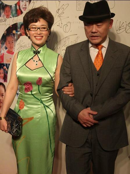 周立波和他富豪妻子近照,网友:波波快回来吧!没有你的节目不好看