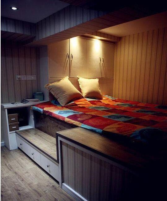 卧室里有扇飘窗,依窗而建一组收纳柜,完美~
