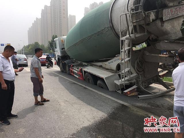 郑州一水泥罐车挂断线缆阻交通 巡防队员托举保通行