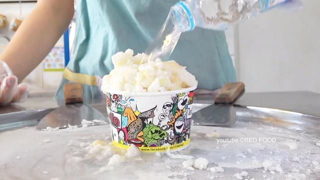 两种口味的能量饮料炒酸奶冰激凌,炒的很好看的很舒服,想尝尝