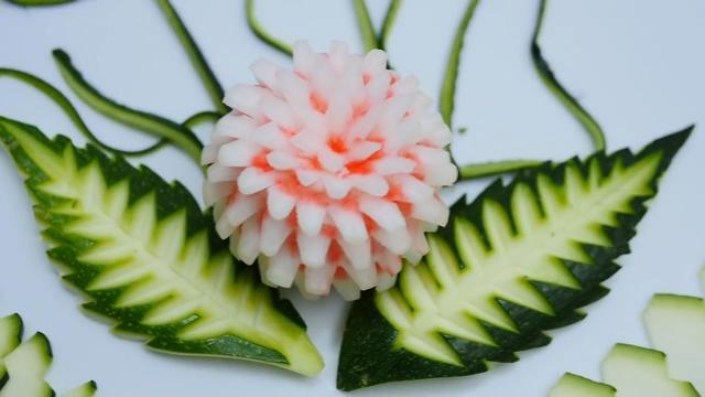 水果拼盘:外国雕花大师制作漂亮的黄瓜水果拼盘!