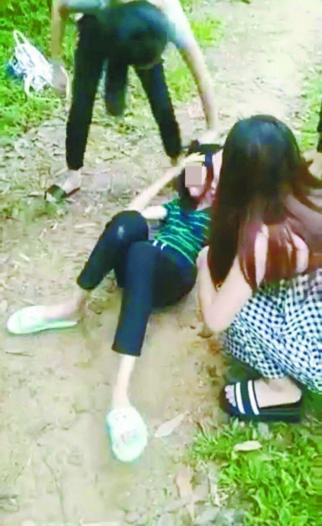 女孩遭十几人欺辱 扒胸罩扯裤子旁观者竟哈哈大笑!_手机搜狐网