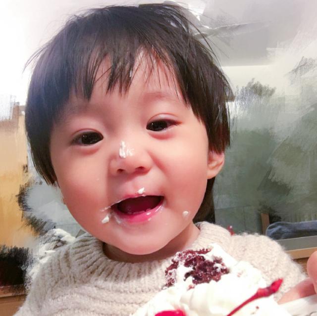 贾静雯修杰楷为女儿庆祝三岁生日 咘咘戴皇冠公主范儿