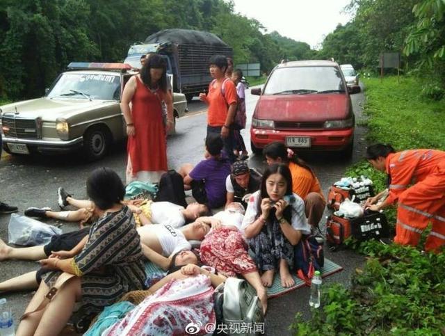 泰国一辆载有19名中国福建游客的客车出车祸,司机死亡,1人受伤!