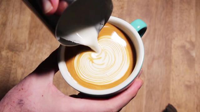 咖啡拉花教程:树叶、郁金香和天鹅,干净的拉花让人看着很舒服