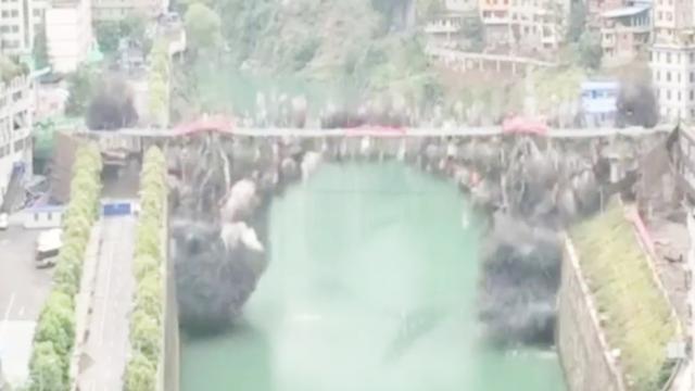现场:重庆郁江大桥1秒爆破 安装炸药1.5吨