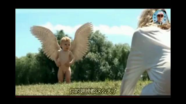 小男孩背上长出了翅膀,想用剪刀剪掉,最后还是飞了起来!