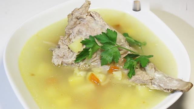 做法简单又好喝的——胡萝卜土豆猪骨汤