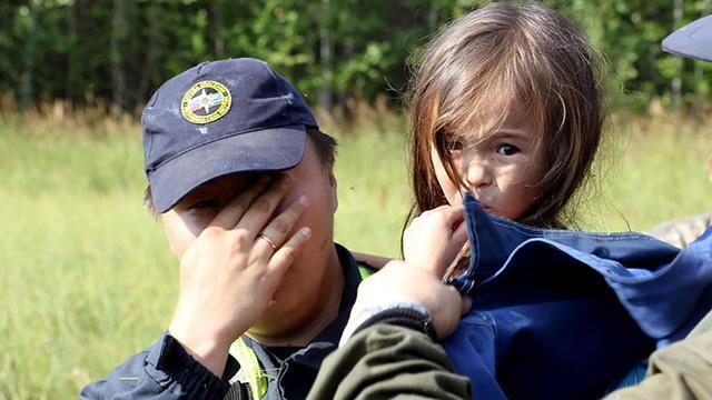 3岁女孩跟着狗狗跑进森林,狗狗用特殊方式陪她熬过12天,太暖心