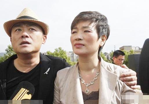 51岁周立波与他的富豪妻子生活近照!
